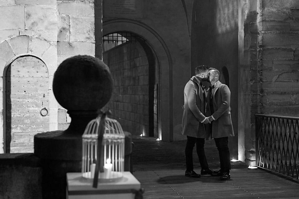 Un bacio degli sposi prima di entrare al castello