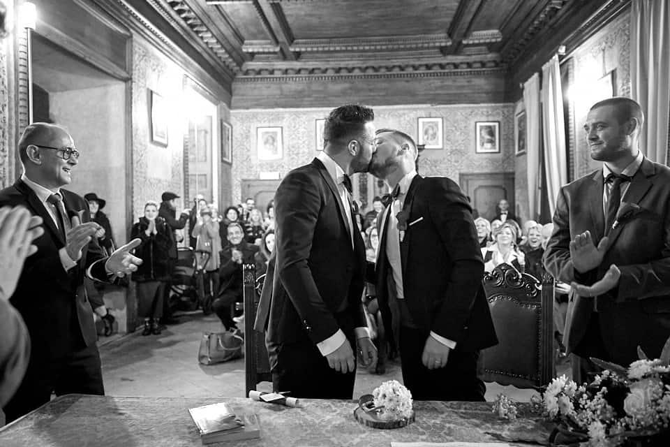 Un bacio liberatorio, sono sposi!