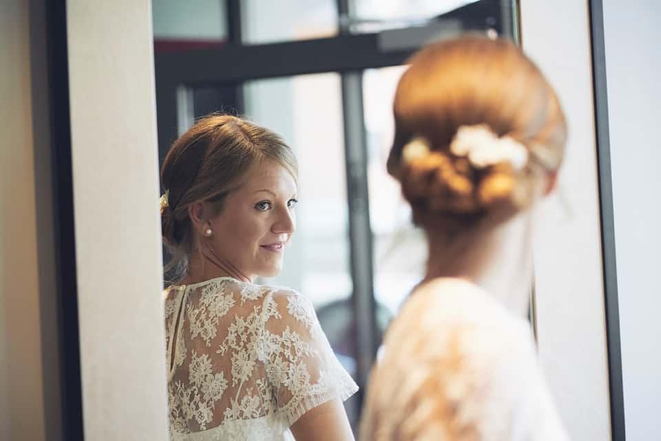 controllo finale del trucco da parte della sposa fotografo per matrimoni Brescia