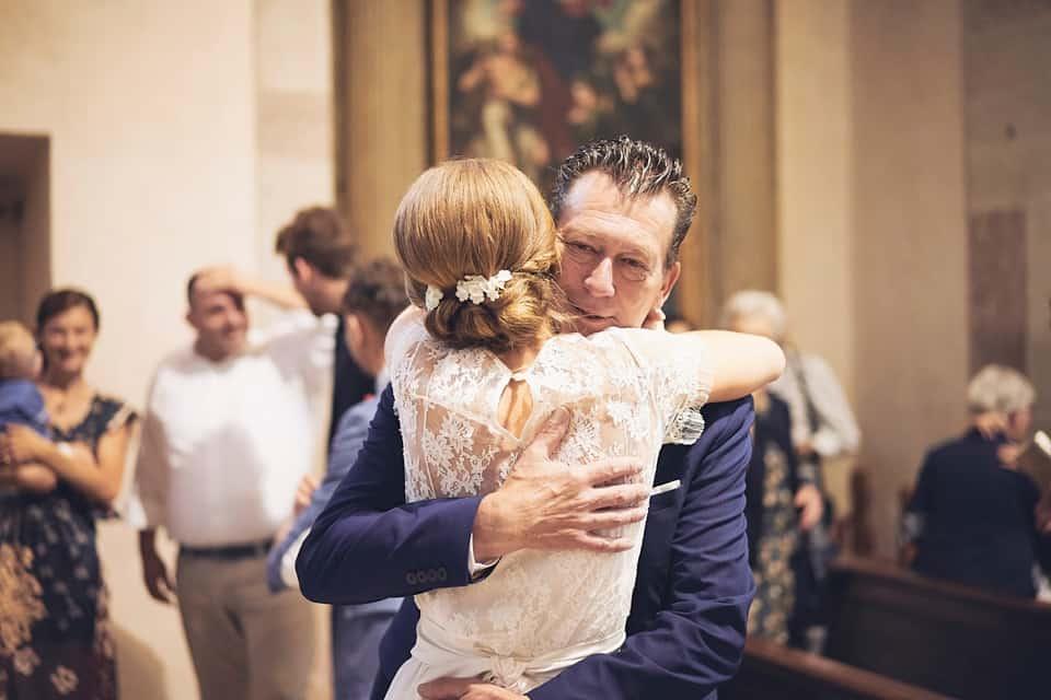 l'abbraccio del papà alla sposa fotografo per matrimoni Brescia