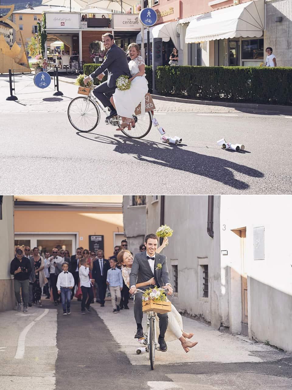 gli sposi raggiungono il ricevimento in bicicletta fotografo per matrimoni Brescia